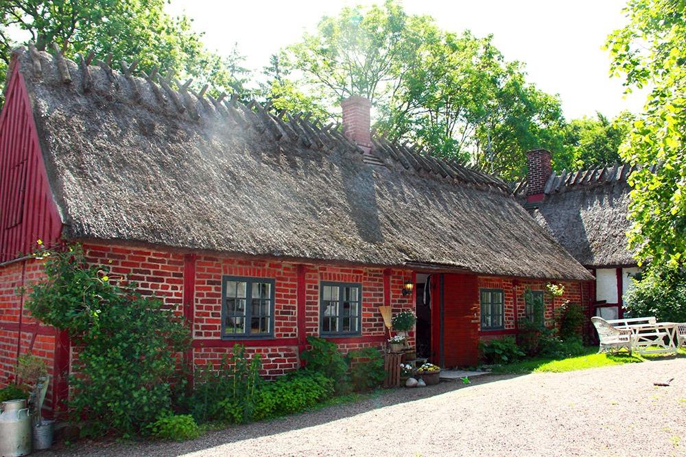 Korsvirkeshus i rött tegel/trä