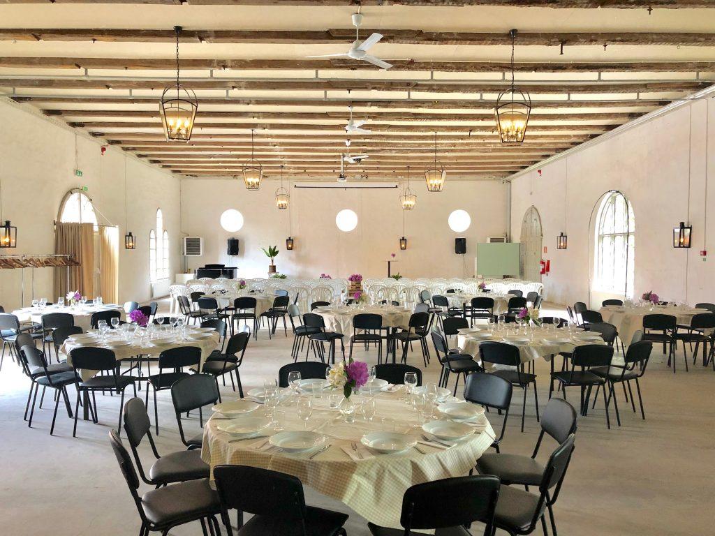lokalen förberedd för möte med middag